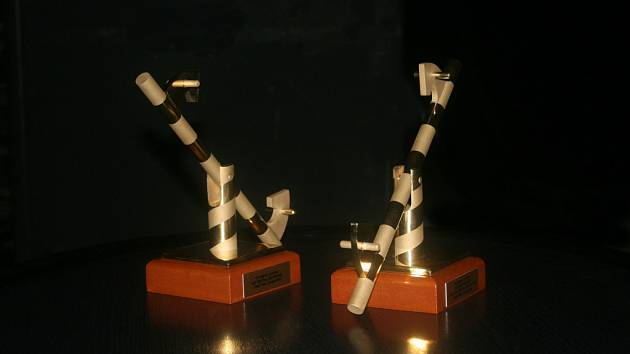 Zlomená závora - cena a zároveň symbol Mezinárodního divadelního festivalu Bez hranic