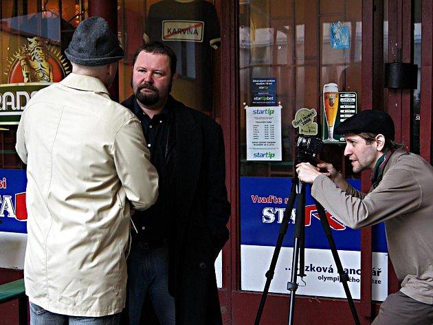 Momentka z natáčení filmu Šest prstů v Zeleném. Lukáš Bulava s kamerou vpravo
