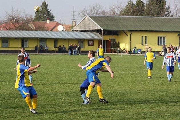 Fotbalisté Stonavy (modrožluté dresy) už jsou zase na dostřel prvnímu místu.