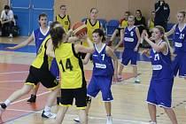 Dorostenky Startu Havířov (žluté dresy) porazily v tomto zápase těsně Příbor.