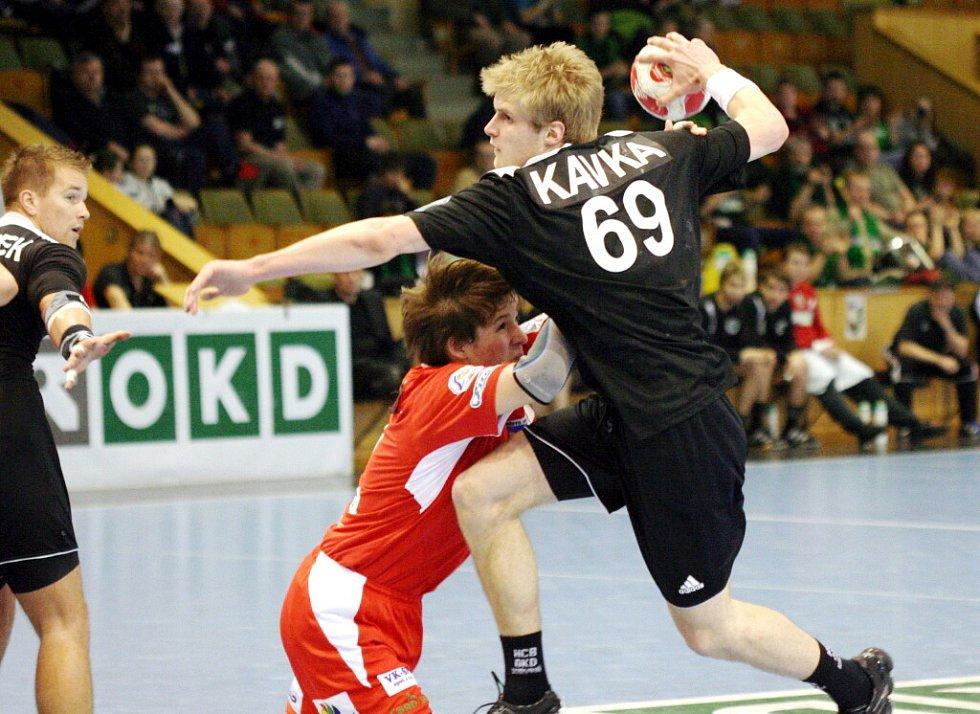 Martin Kavka (s míčem) se úspěšně propracovává do A týmu Baníku.