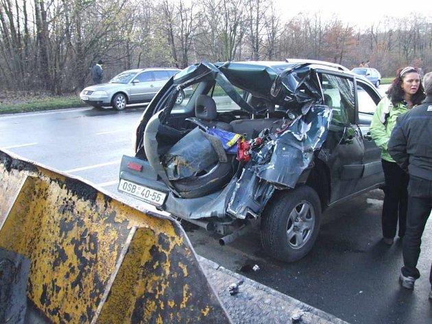 Lžíce bagru zničila celou zadní část automobilu, který dostal smyk.