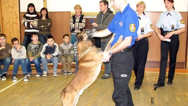 Za dětmi přijel psovod městské policie.