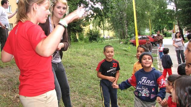 Mladé Američanky upoutaly dětskou pozornost v romské šumbarské čtvrti i přes jazykovou bariéru.