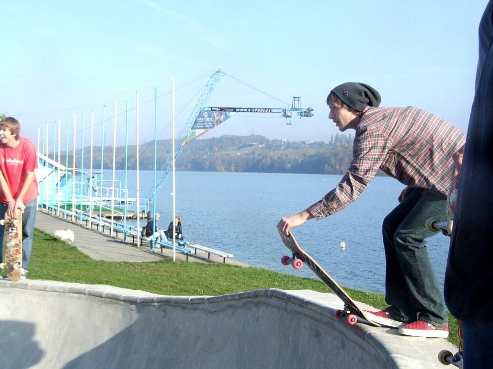 Skateboardisti si postavili nové koryto u Těrlické přehrady
