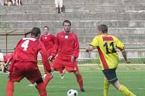 Fotbalisté Orlové (červené dresy) si vylepšili skóre, když nastříleli soupeři čtyři branky.