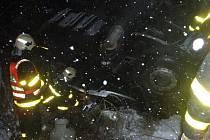 Hasiči zasahovali u nehody kamionu, jehož řidič nezvládl jízdu po kluzké vozovce