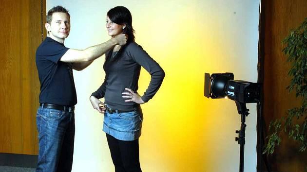 Fotograf Michal Krusberský připravuje na focení Veroniku Urbancovou.