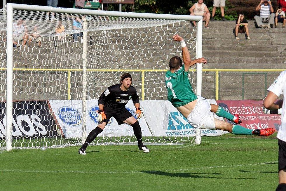 Karvinští fotbalisté (v zeleném) zdolali doma Most 4:0.