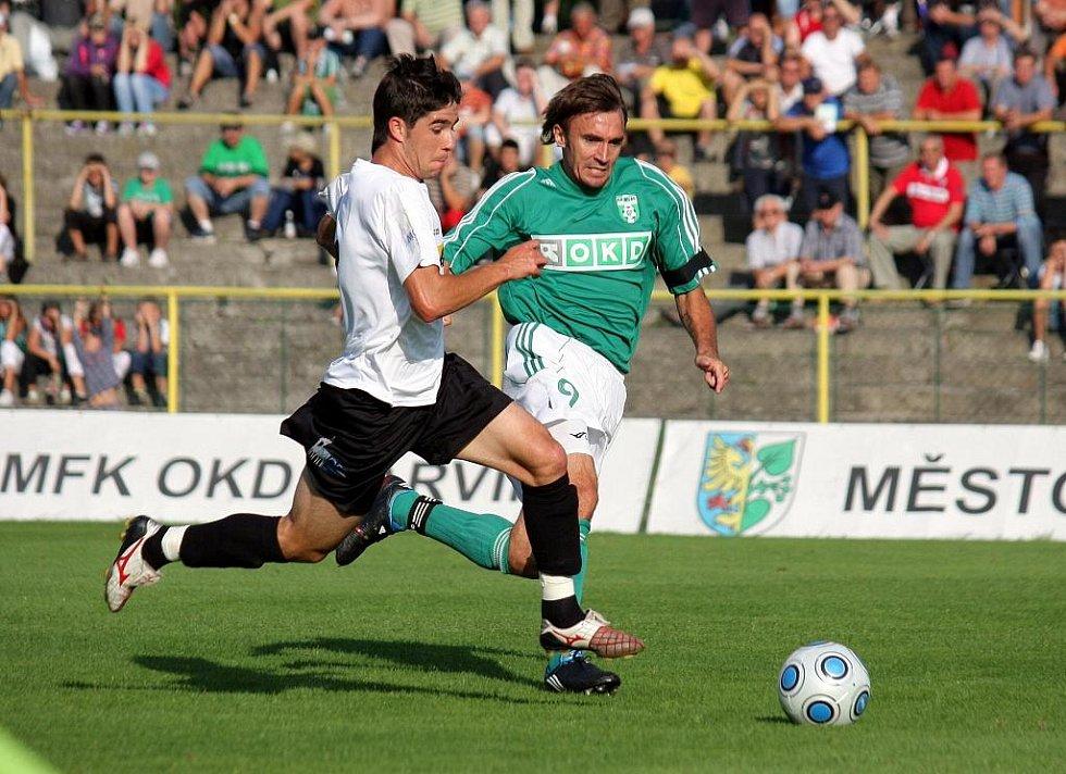 Marcel Pavlík (v zeleném) stíhá protihráče.