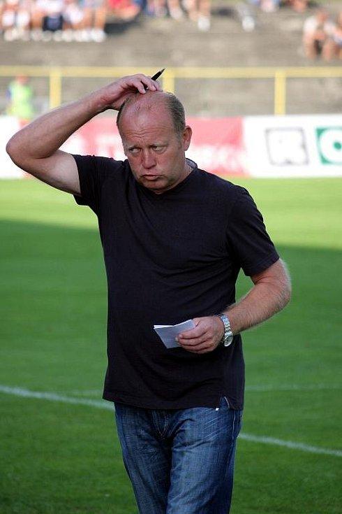 Trenér Kalvoda si drbe hlavu. To měl ještě důvod. Bylo to po šanci hostů za stavu 0:0.