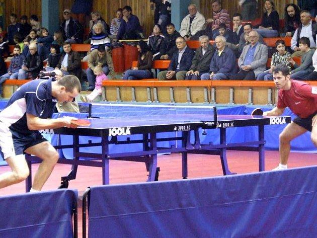 Stolní tenisté Baníku Havířov jsou v extraligovém play-off velmi blízko vyřazení. Jediné body získal Radek Mrkvička (vlevo).