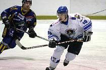 Orlovští hokejisté (v bílém Petr Grygar) pokračují ve výborných výkonech v play off.