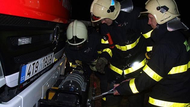 Sanitku dostali zpátky na pevnou cestu hasiči