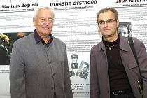 """Dvě třetiny dirigentské dynastie Bystroňů. Vlevo Milan, vpravo jeho syn Jiří Bystroň pózují u """"svého"""" panelu na výstavě Naši rodáci."""