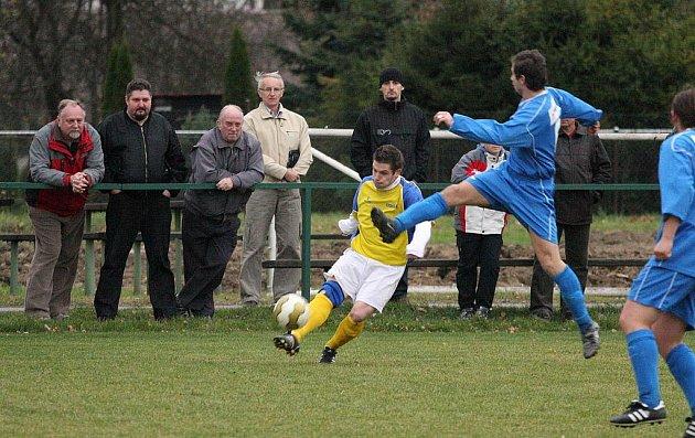 Okresní derby v I.A třídě mezi Stonavou a Albrechticemi (v modrém) vyhráli hosté.
