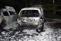 Přes zásah hasičů obě auta u Albrechtic uplně vyhořela