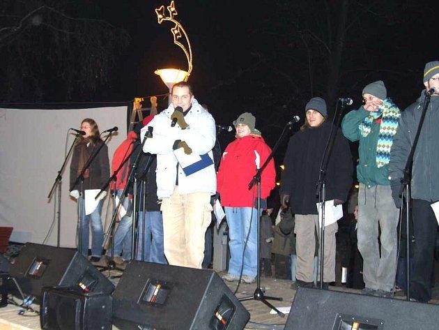 V havířovském Centrálním parku zazpíval vánoční písně a koledy církevní sbor. Slovem provázel David Říman.