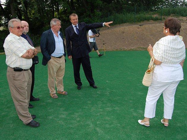 Spolumajitel hotelu Vladimír Kolder (uprostřed v tmavém obleku) ukazuje hostům golfové odpaliště.