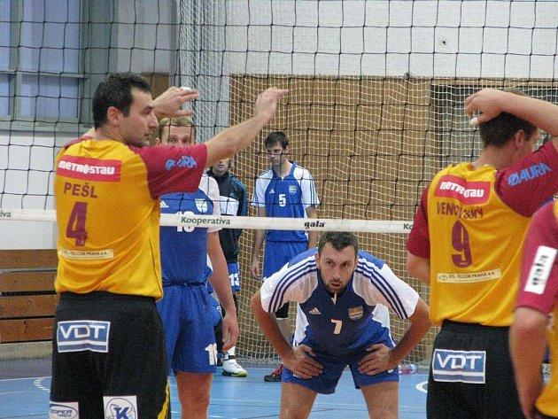Volejbalisté Havířova (v modrém) hostili Duklu Liberec.