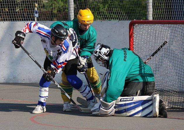 Hokejbalisté Karviné přivezli z Třince cennou výhru. Stav finálové série je 1:1.