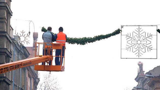 Zejména po setmění, až se vánoční ozdoby rozsvítí, je na ulice romatický pohled.