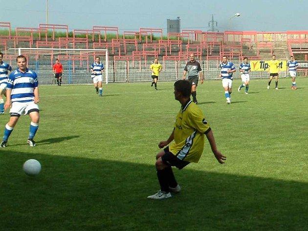 Dorostenci MFK Havířov (v bílomodrém) prohráli důležitý zápas v Krnově.