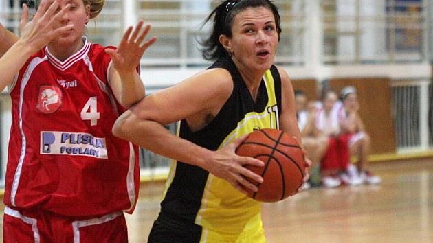 Basketbalistky Orlové vezou z Krnova cennou výhru. Na snímku ve žlutém její hráčka Veselá.