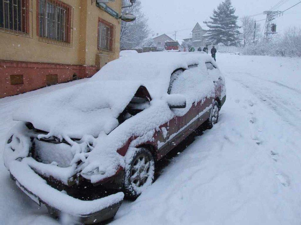Kvůli kolizi osobního auta s traktorem  a sypače s dalším autem byla v Havířově dočasně uzavřena Frýdecká ulice.