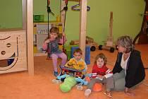 Děti v anglické třídě se učí jazyk v pravidelných vstupech, ale nezapomínají ani na mateřský jazyk, nebo zábavu.
