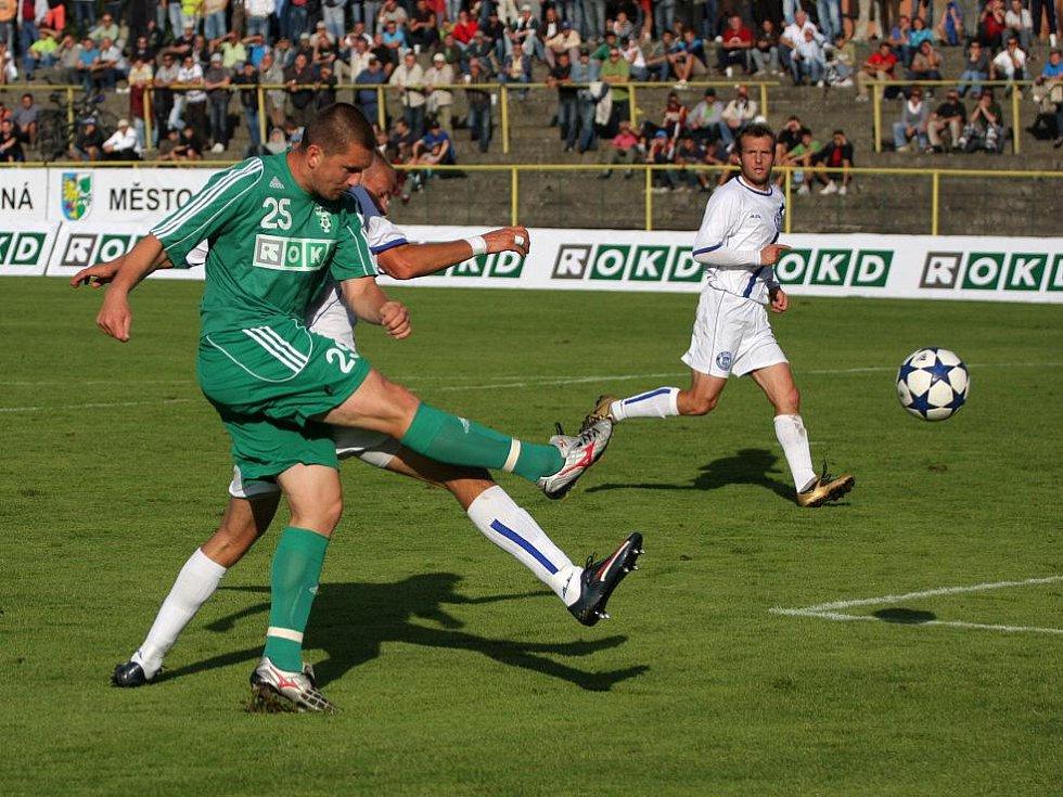 Michal Gottwald pálí do břevna.