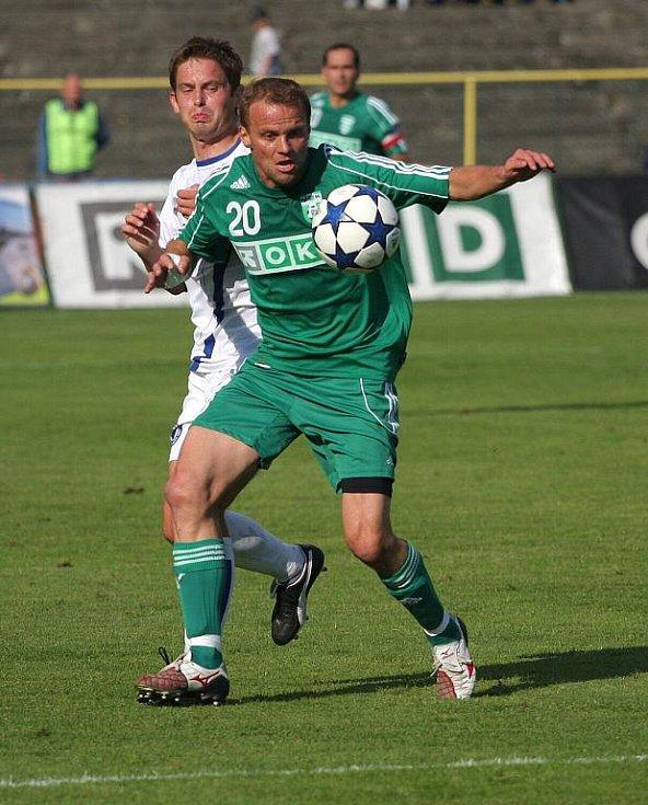 Karvinský Daniel Tchuř u míče.