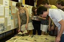 Studenti gymnázia v Českém Těšíně uspořádali výstavu k období před rokem 1989 a revolučním událostem sestavenou z dobových dokumentů.