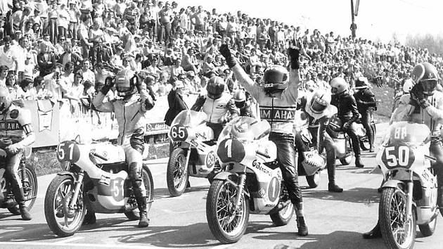 Na startu třídy do 250 ccm se postavili i dnes již legendární jezdci Janos Drapal z Maďarska (č. 50) a Čechoslovák Peter Baláž (č. 1).