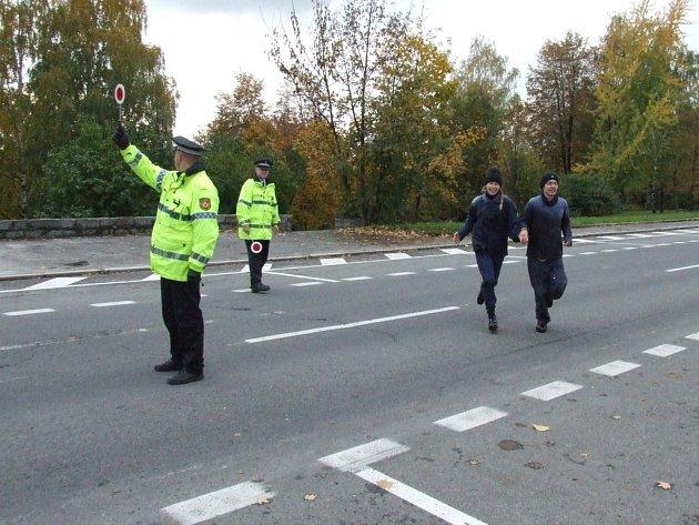 Bezpečné zdolání ulice Na Nábřeží pomohli zajistit strážníci městské policie.