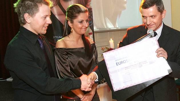 Jaroslav Kožušník (vlevo) přebírá cenu Eurosalon.