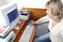 Pracovnice tiskového oddělení havířovského magistrátu Romana Bartošková při aktualizaci katalogu.