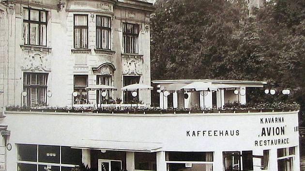Kavárna a restaurace Avion na rohu Saské kupy a Masarykových sadů.