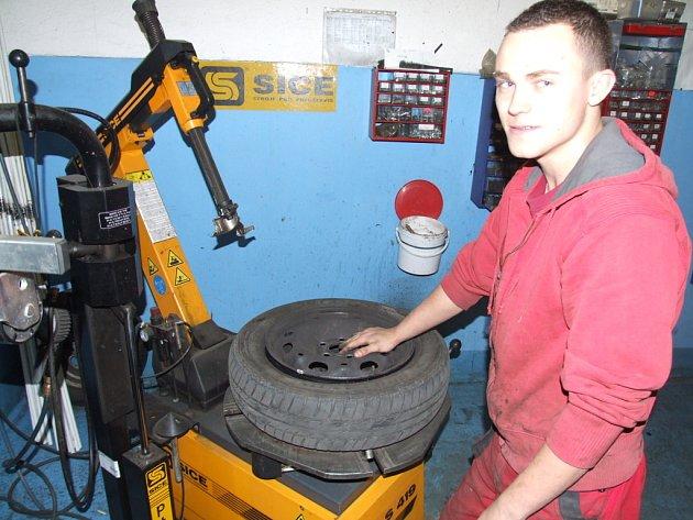 Práce v pneuservisu