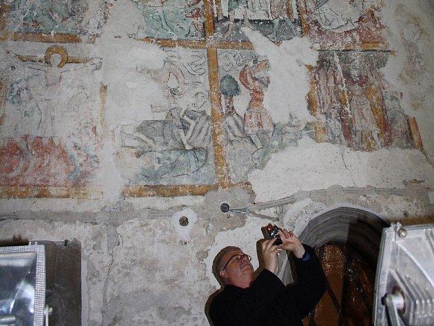 Odhalené středověké fresky v kostele Povýšení svatého kříže v Karviné-Fryštátě