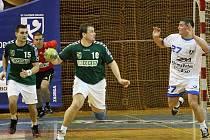 Házenkáři Karviné (v zeleném) prohráli první zápas PVP v Mariboru 22:28.