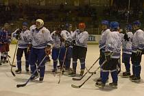 Staré gardy Orlové (v bílém) a Vítkovic se sešly společně na ledě.