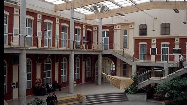 Ilustrační záběr z foyer Akademie humanisticko-ekonomická Łodź (AHE)