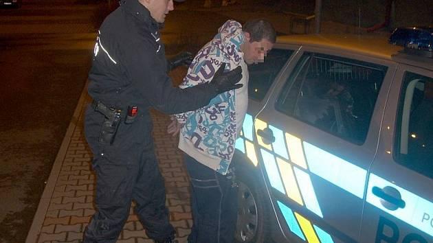 Českotěšínští policisté zadrželi mladého recidivistu. Ačkoli má zákaz řízení, seděl za volantem, navíc opilý.