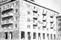 Dům na křižovatce ulic Beethovenova a Na Nábřeží. Dobová fotografie z druhé poloviny 50. let minulého století