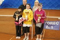 Poháry se mohly pochlubit úspěšné mladé tenistky Karolína Beránková, Anna Kynčlová a Tereza Stiskálková (zleva). Za nimi stojí prezident pořádajícího TK Havířov Petr Špok a zástupkyně sponzorka turnaje Martina Hořavková.