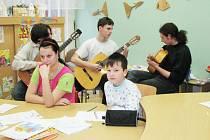 Studenti gymnázia připravili hospitalizovaným dětem vedle předání daru i hudební program.
