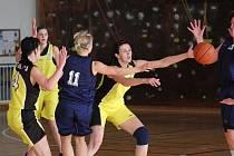 Basketbalistky Orlové (ve žlutém) zdolaly v semifinále play off II. ligy favorizovaný Krnov.