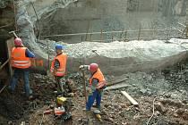 Stavbaři měli podle původního plánu dnes dokončit opravu mostu.