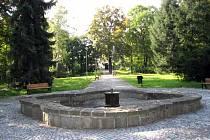 Současnost. Fontána stále původně uprostřed zámeckého nádvoří.